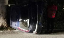 Urbisaglia, sbanda e l'auto si ribalta: ferito 34enne