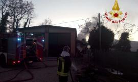 Ripe San Ginesio, incendio in una legnaia in contrada Castelrotto