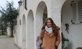 Azul, ragazza argentina, riconosce le proprie radici nella casa del bisnonno di Montelupone