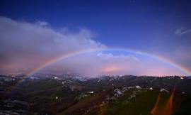 Monte d'Aria, nello scatto da Colmurano a sorpresa spunta l'arcobaleno notturno - FOTO