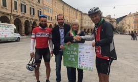 """San Severino, abbandono dei rifiuti: la maratona in bici """"Keep Clean And Ride"""" ha fatto tappa in piazza Del Popolo"""