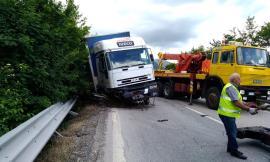 Camion fora e dopo aver sbandato finisce in bilico sul guard rail della superstrada