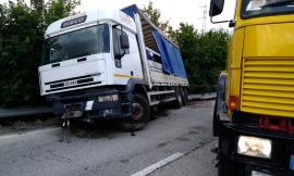 Mezzo pesante da recuperare: superstrada chiusa fra Serrapetrona e Caldarola - FOTO E VIDEO