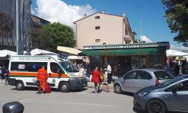 Civitanova, accusa un malore mentre è al lavoro: edicolante soccorsa dall'ambulanza