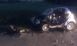 Frontale sull'asfalto viscido fra una Smart e una Fiesta: un giovane finisce in ospedale