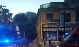 Un violento incendio devasta il magazzino di un emporio cinese