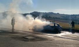Auto in fiamme a Montecosaro: tutti salvi gli occupanti (Foto)