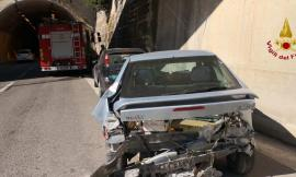 Incidente tra due auto in galleria: intervengono i vigili del fuoco - FOTO