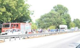 Pollenza, scontro in superstrada: un ferito, chiusa la carreggiata