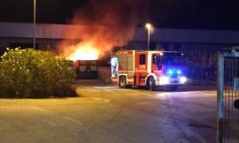 Montecassiano, incendio all'isola ecologica: intervengono i vigili - FOTO