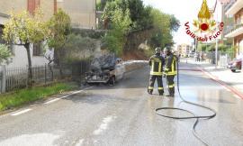 Auto in fiamme a Monte San Giusto: intervengono i pompieri