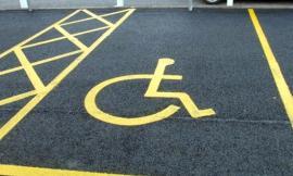 Utilizzava indebitamente il parcheggio invalidi: denunciato un sessantacinquenne