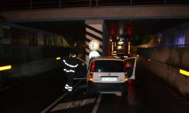 Porto Recanati, perde il controllo dell'auto e si schiantano contro un pilone: madre e figlia al pronto soccorso
