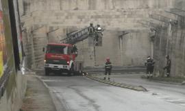 """Distacchi al """"sottopasso"""", allarme in Via Mattei. Al lavoro Vigili del Fuoco e tecnici - FOTO"""