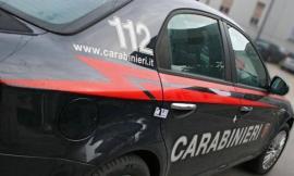 Tolentino, inveisce contro gli avventori del bar e rovescia sedie e tavoli: giovane albanese fermato dai Carabinieri