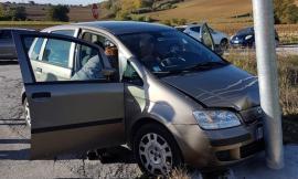 Scontro tra Porto Recanati e Recanati: un'auto sbanda e finisce contro un palo - FOTO