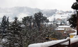 Tolentino, continua il lavoro dei mezzi sgombra neve: domani scuole aperte