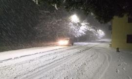 Macerata, prima neve in città: spazzaneve in azione, scuole aperte e trasporto pubblico in funzione