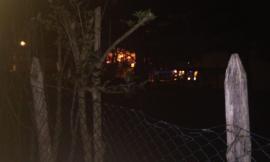 A fuoco complesso residenziale, villette in fiamme