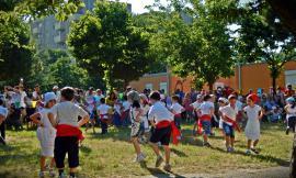 Li Matti de Montecò nelle scuole: il gruppo folk racconta la storia contadina ai bimbi