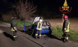 Trodica, auto in fiamme lungo la provinciale: intervengono i Vigili del Fuoco (FOTO)