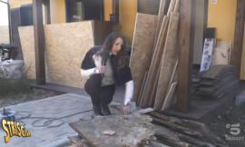 """Striscia la Notizia e lo scandalo muffa nelle SAE: """"Le casette sono marce"""" (VIDEO)"""
