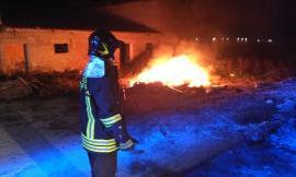 Corridonia, incendio all'esterno di un casolare: paura per i residenti (FOTO)