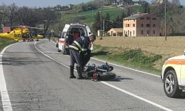 Passo di Treia, incidente tra auto e moto lungo la Provinciale: interviene l'eliambulanza (FOTO e VIDEO)