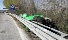 Civitanova, gomme e sacchetti abbandonati a lato della piazzola di sosta in superstrada (FOTO)