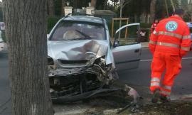 Montelupone, finisce con l'auto contro un albero: paura per un 50enne (FOTO)