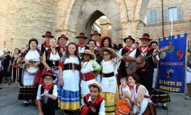 """Il gruppo folk """"Li Matti de Montecò"""" porta il saltarello marchigiano a Firenze"""