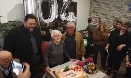 Grande festa per i 104 anni della nonnina di Potenza Picena Gina Bagnarelli