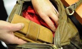Recanati, ruba il portafogli dalla zaino di una donna: denunciato
