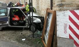 Urbisaglia, donna accusa un malore alla guida e finisce contro la chiesa: è in codice rosso (FOTO e VIDEO)