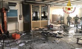 Montecosaro, bravata in una fabbrica dismessa: innescato incendio (FOTO)