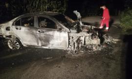 Treia, auto si schianta contro un albero e prende fuoco: papà salva figlia e compagna (Foto)