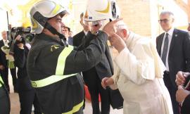 Il Papa a Camerino con i Vigili del Fuoco (FOTO)