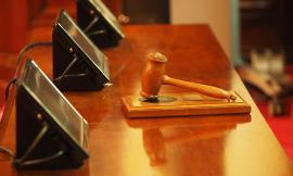 Vanno in tribunale per la separazione e lui si fidanza con la giudice