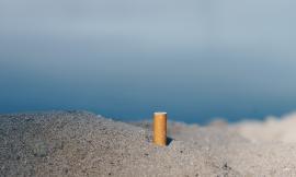 Stop al fumo su arenili, spiagge libere e aree costiere: la proposta del PD