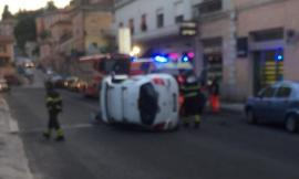 Macerata, si ribalta con l'auto in via Roma: traffico bloccato