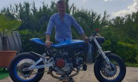 Il settempedano Massimo Orazi e il suo modello di moto elettrica in passerella a Como