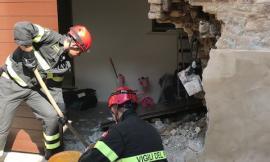 Morrovalle, auto sfonda il muro d'ingresso di un appartamento in centro (FOTO)