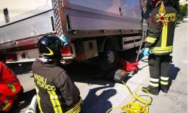 84enne rimane incastrata sotto a un furgone: trasportata a Torrette