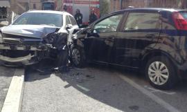 Monte San Giusto, 18enne urta le auto in sosta: è al pronto soccorso (FOTO)