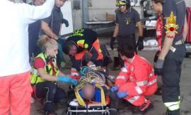 Morrovalle, operaio infilzato dai ferri ad entrambe le ginocchia: è grave