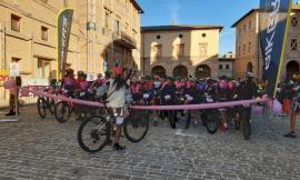 """La """"Rampirosa"""" fa tappa a Caldarola: oltre 250 donne affollano il borgo"""