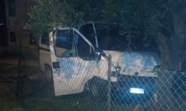 Appignano, finisce col furgone contro un albero: trasportato d'urgenza a Torrette (FOTO)