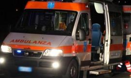 Pollenza, finisce con l'auto fuori strada: giovane all'ospedale