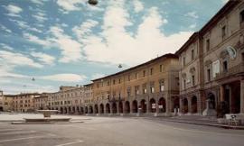"""San Severino, terremoto e solidarietà: in piazza le coperte colorate della """"Mam"""" onlus"""