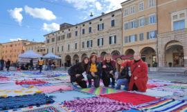 San Severino, le coperte solidali scaldano la piazza: raccolti 3mila euro (FOTO)
